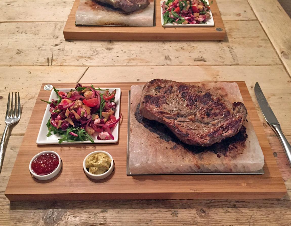 Piedras de sal del Himalaya - perfectas para cocinar un bistec. Con el juego de piedras de sal SteakStones - los mejores productos para cocinar con piedras calientes garantizados.